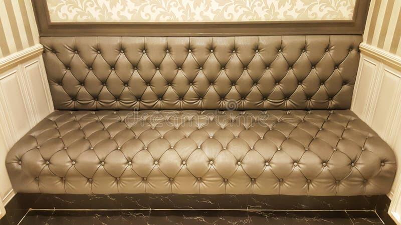 Teste padrão do sofá de couro clássico fundo e textura marrons do sofá fotos de stock