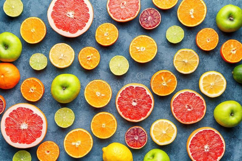 Teste padrão dos citrinos na tabela concreta cinzenta Fundo do alimento Comer saudável Antioxidante, desintoxicação, fazendo diet imagem de stock royalty free