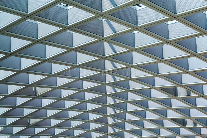 Teste padrão dos detalhes da arquitetura da estrutura de telhado da armação de aço em uma construção moderna imagem de stock royalty free