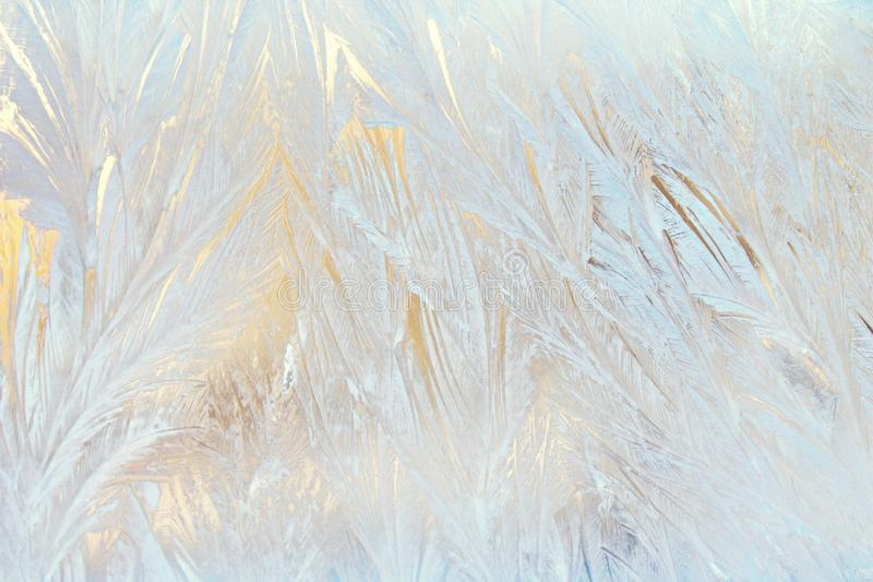 Teste padrão gelado do laço no vidro fotografia de stock