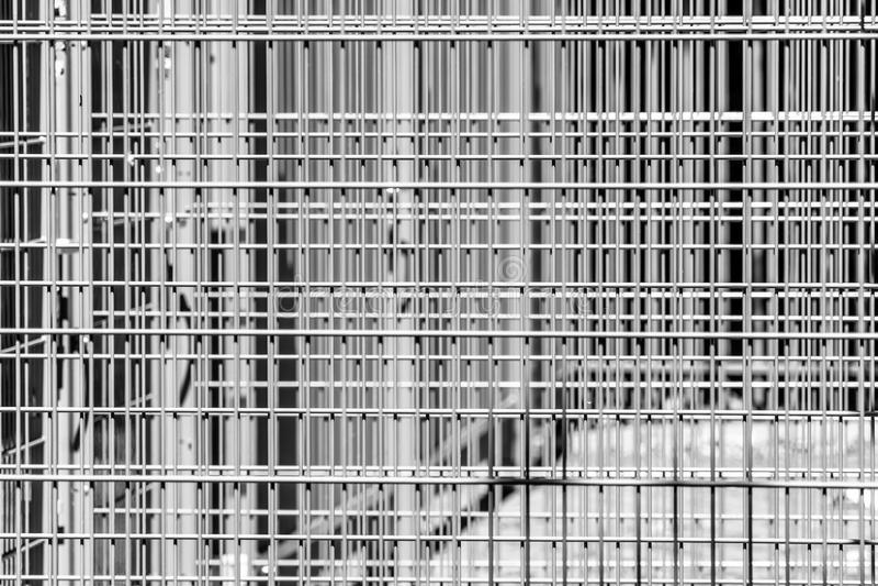 Teste padrão geométrico austero abstrato de barras de ferro, diversas barreiras na frente de um estádio foto de stock royalty free