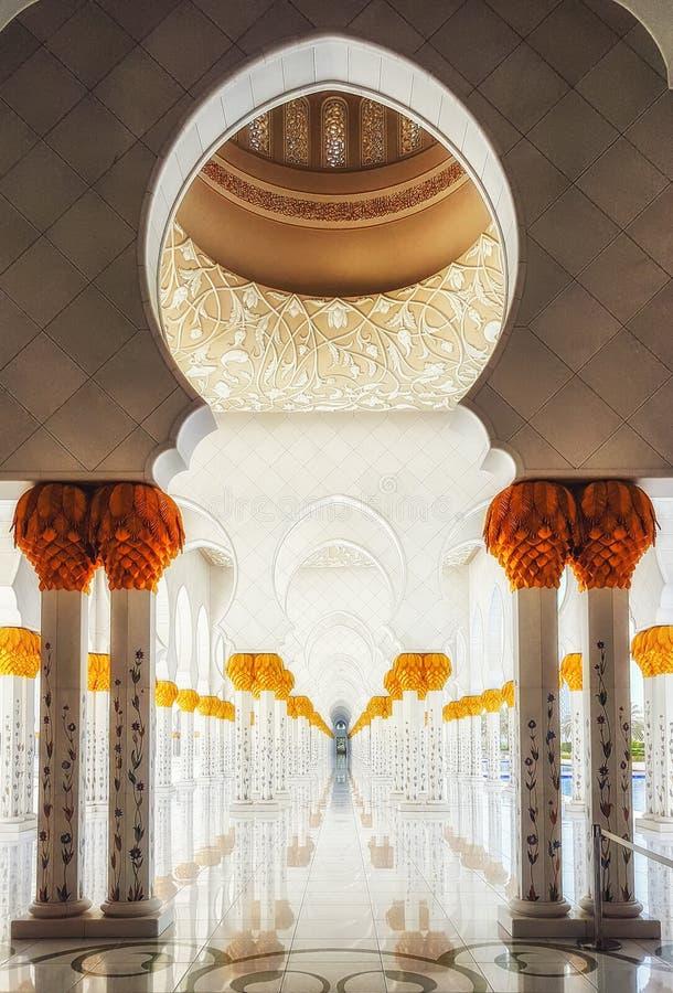 Teste padrão geométrico das colunas com as flores cerâmicas decoradas e imagens de stock