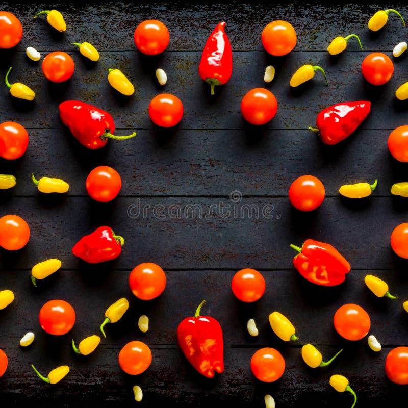 Teste padrão geométrico liso da opinião superior da configuração com tomate e pimentão foto de stock royalty free