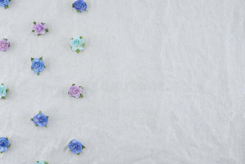 Teste padrão horizontal azul das flores de papel da rosa do tom fotos de stock royalty free
