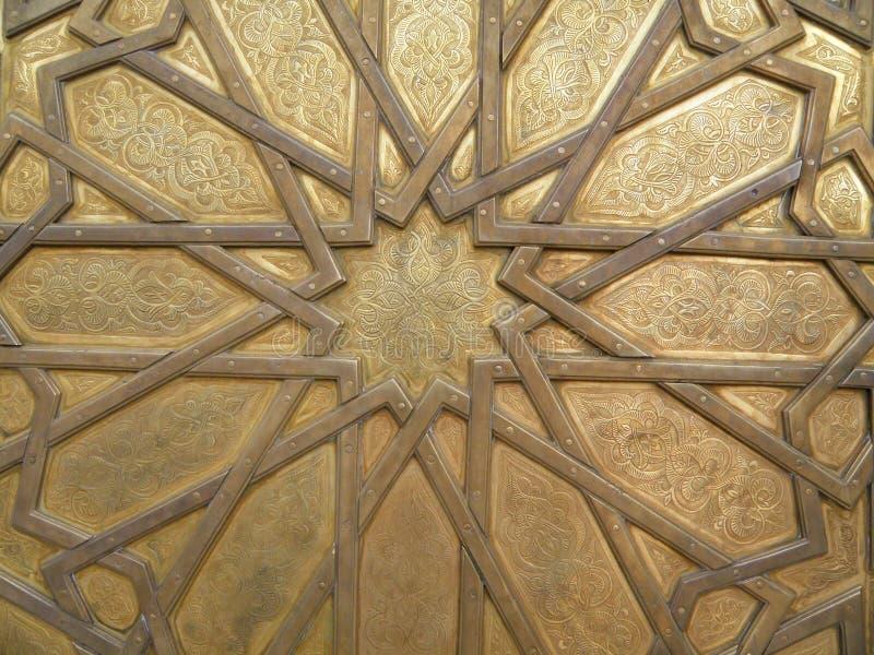 Teste padrão marroquino impressionante da porta de bronze de Royal Palace no fez, Marrocos imagem de stock royalty free