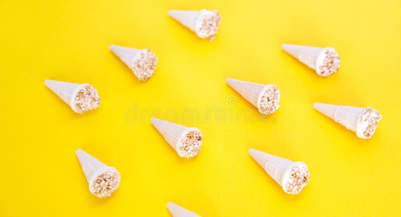 Teste padrão na moda do verão da luz solar Gelado com as porcas em uns copos do waffle Os cones do waffle apresentaram em um fund fotografia de stock royalty free