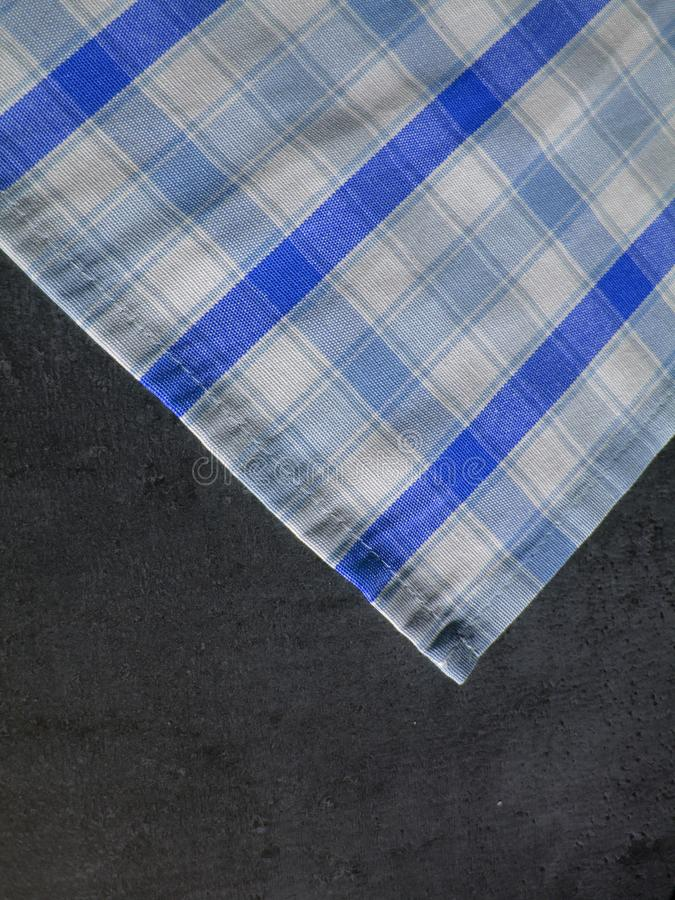 Teste padrão popular, toalha de mesa na tabela de pedra Tablecloth Checkered S fotos de stock royalty free