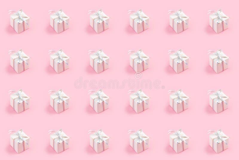 Teste padrão sem emenda com a caixa de presente branca sobre o fundo cor-de-rosa foto de stock