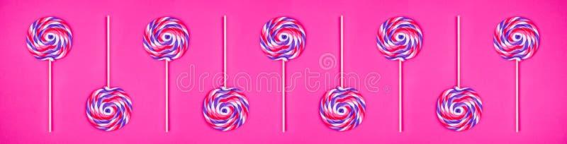 Teste padrão sem emenda de pirulitos gigantes no fundo cor-de-rosa contínuo Conceito do pop art fotografia de stock