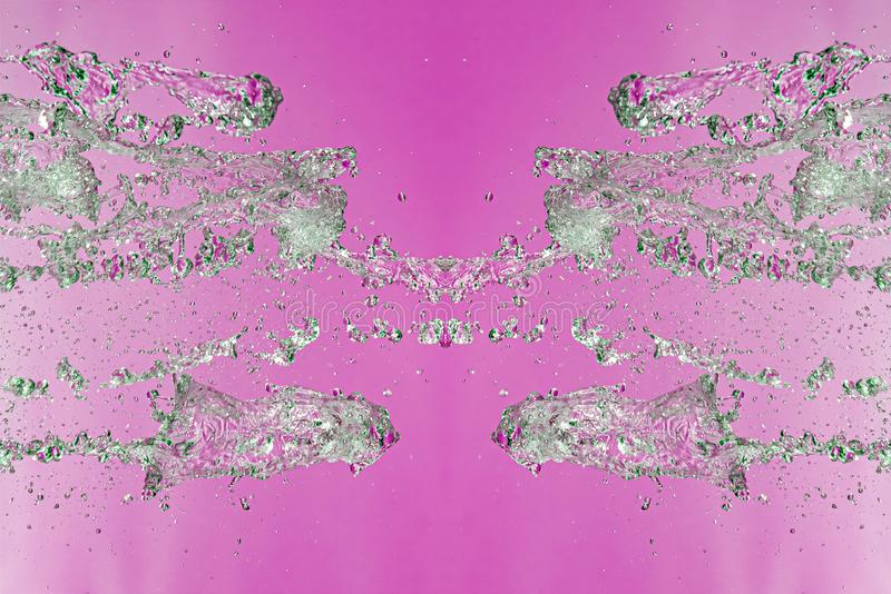 Teste padrão simétrico de gotas de água paradas com córregos transparentes em um fundo cor-de-rosa Conflito, oposição e místico imagem de stock
