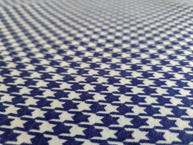 Teste padrão, textura, fundo, papel de parede Amostra azul e branca macia do algodão com ornamento geométrico Feche acima da vist foto de stock