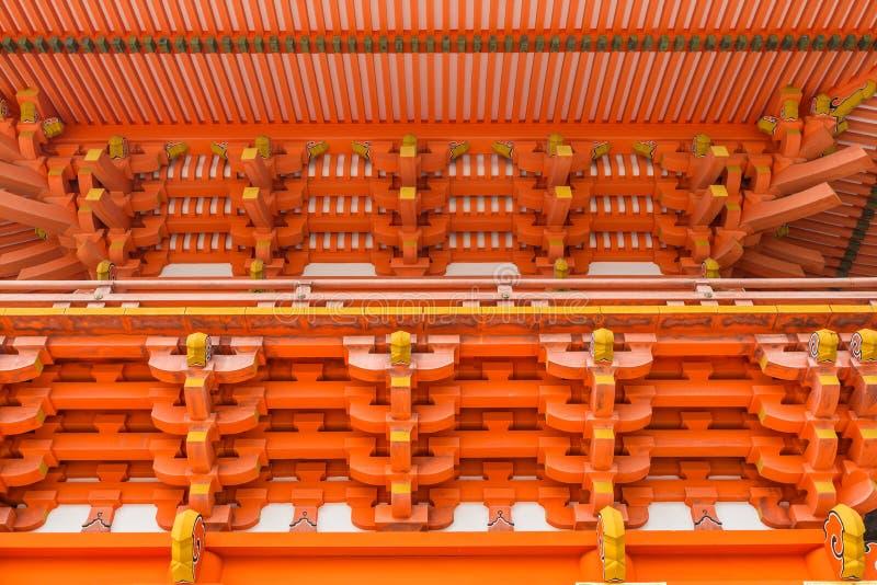 Teste padrão vermelho do teto e da fachada no jingu dos EUA em Oita, Japão foto de stock