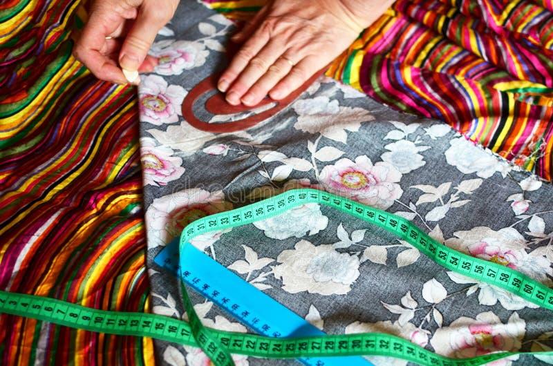 Teste padr?o da roupa Preparando a tela para a fatura da roupa O teste padrão é marcado usando um bolo branco do giz imagem de stock royalty free
