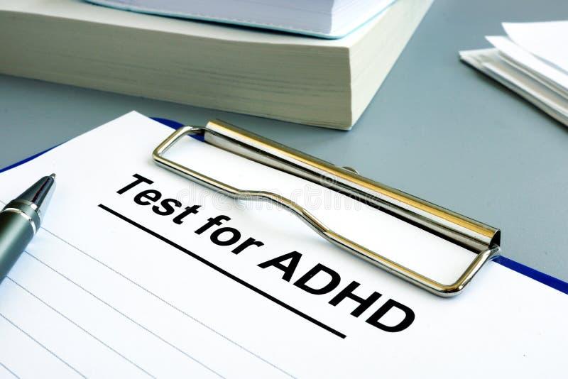 Teste para o formulário de ADHD com pena e prancheta imagens de stock royalty free