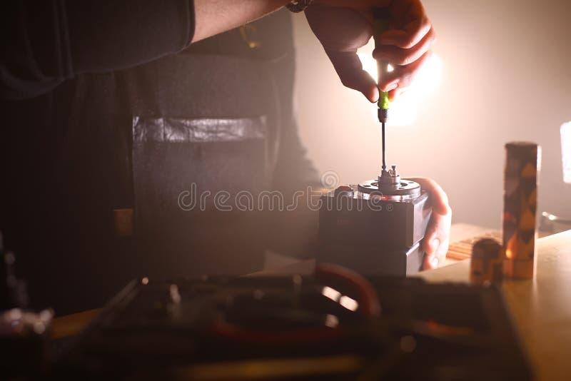 Teste a queimadura das bobinas duplas novas na base da plataforma dos atomizadores do cigarro eletrônico vaping, cena ascendente  imagem de stock royalty free
