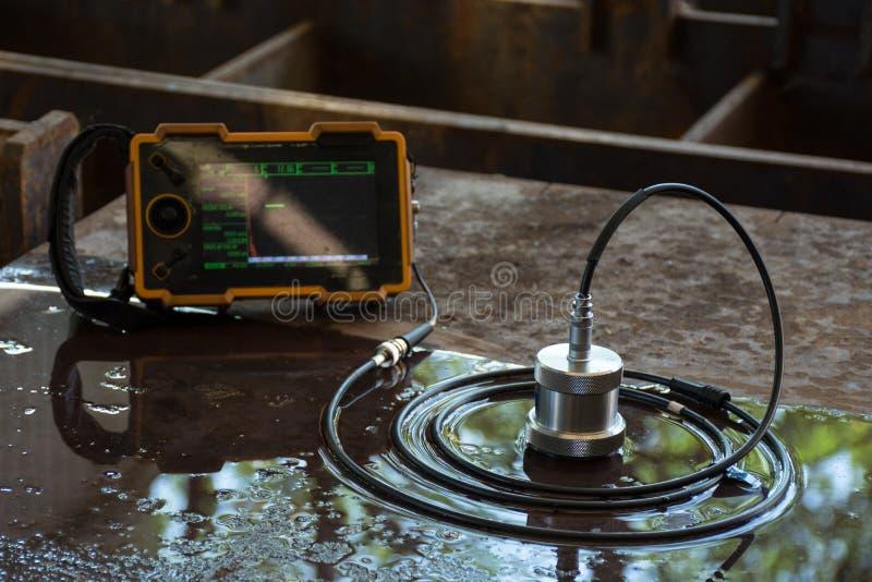 Teste ultrassônico para detectar a imperfeição ou o defeito da placa de aço imagem de stock