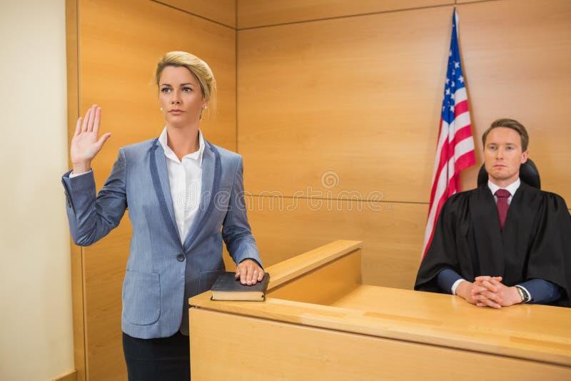 Testemunha que toma um juramento imagem de stock royalty free