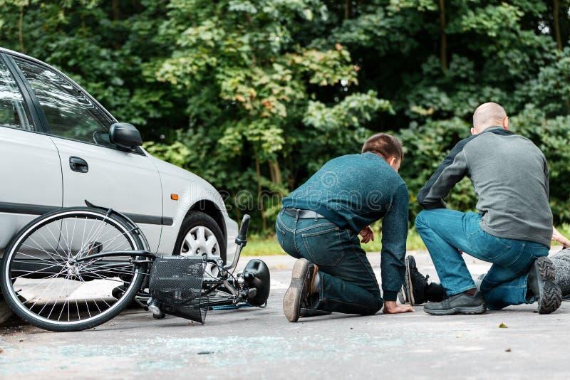 Testemunhas da ajuda da colisão da estrada foto de stock