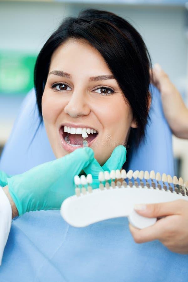 Testende bleekheid van tanden van een patiënt stock foto