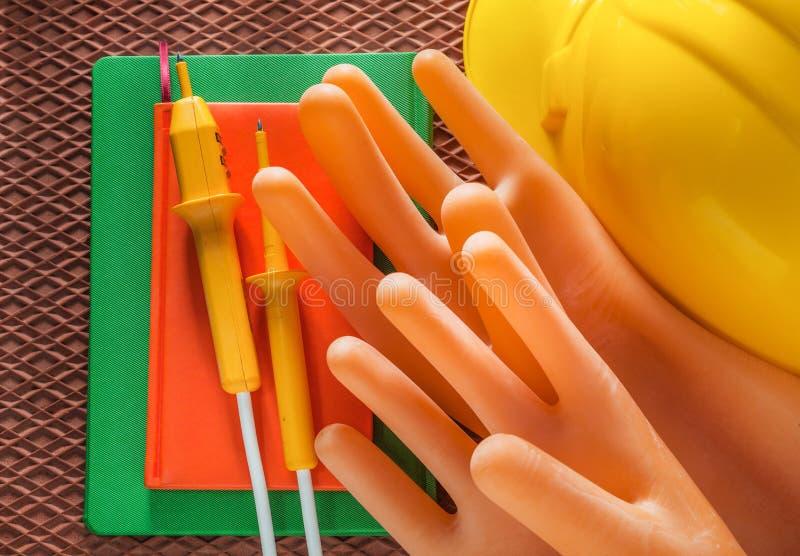 Tester för handskar för elektriker för Notepadbyggnadshjälm elektrisk på arkivfoto