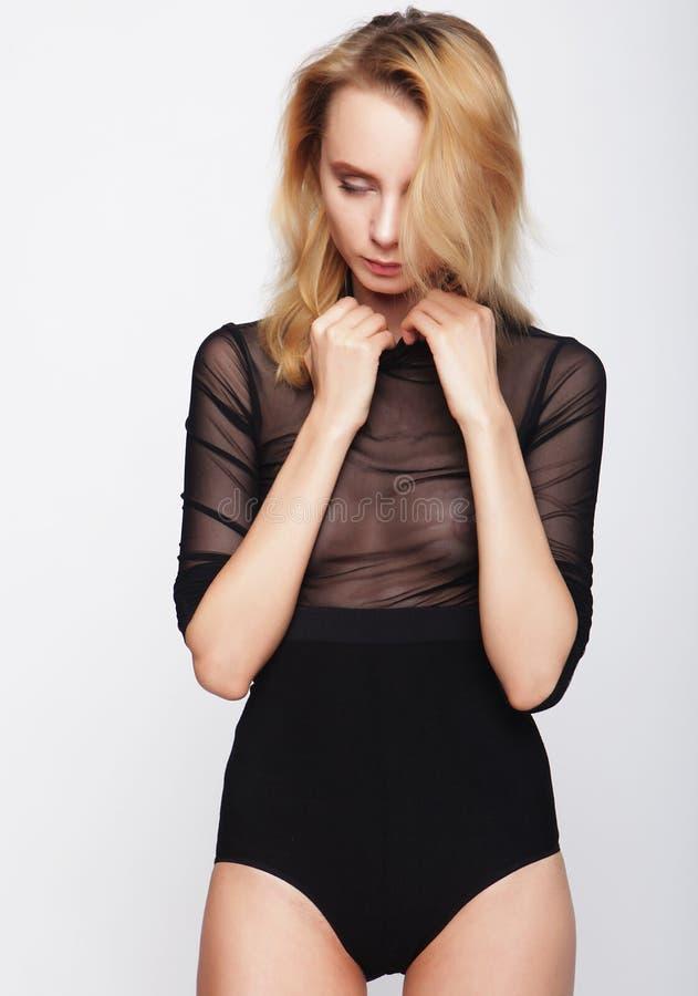 Testes modelo da menina bonita nova sobre o fundo branco fotos de stock royalty free