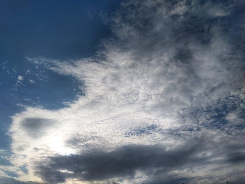 Testes padrões bonitos das nuvens no céu foto de stock
