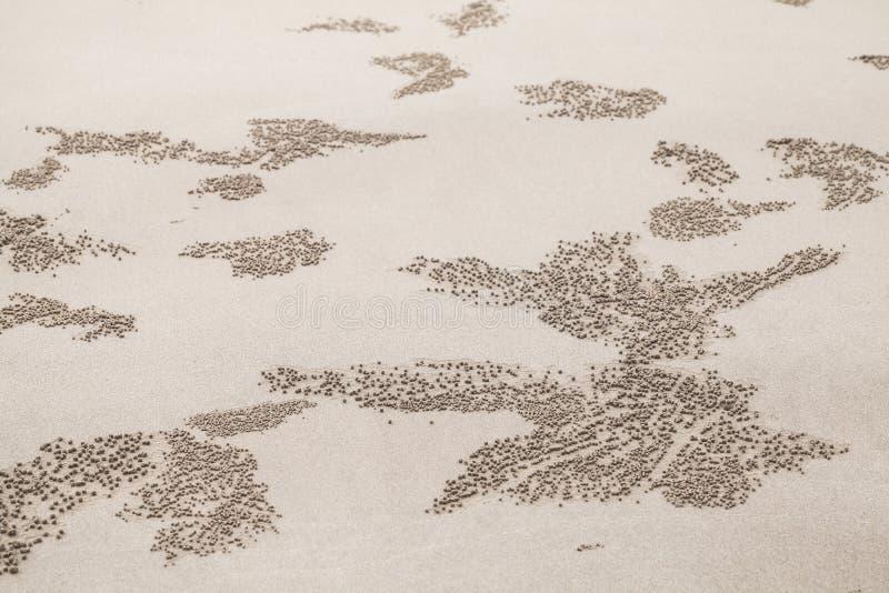 Testes padrões com as bolas pequenas da areia fotos de stock