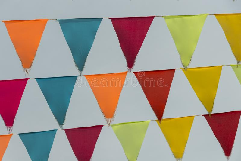 Testes padrões da flâmula coloridos no céu azul fotos de stock royalty free