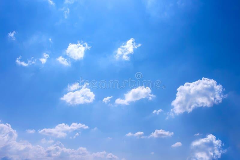 Testes padrões e reflexão dos grupos da nuvem do sol com vento suave no fundo vívido do céu azul no dia de verão imagens de stock royalty free