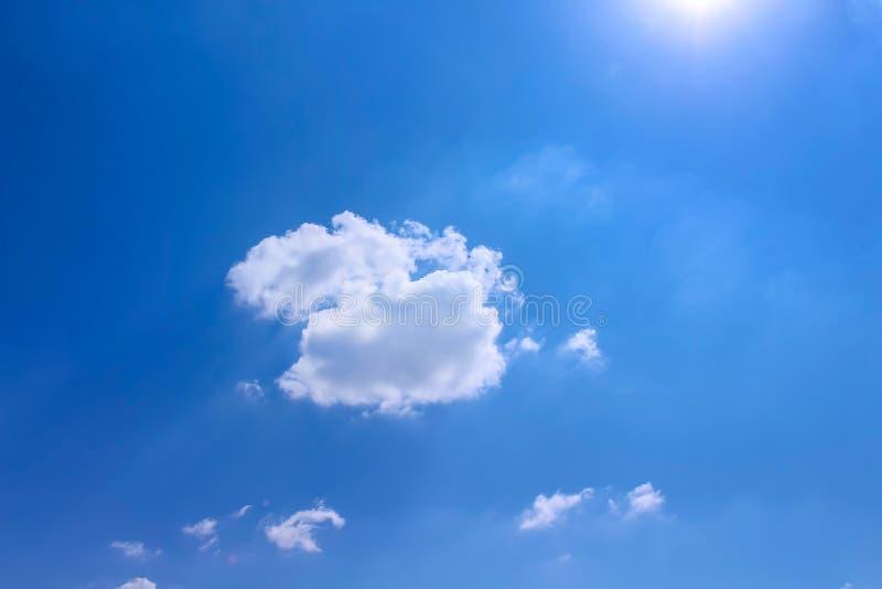 Testes padrões e reflexão dos grupos da nuvem do sol com vento suave no fundo vívido do céu azul no dia de verão imagem de stock royalty free