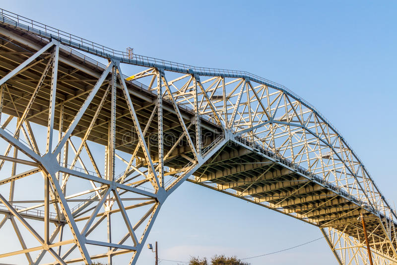Testes padrões intrincados dos trabalhos do aço e do ferro de uma ponte litoral no Corpus Christi foto de stock royalty free