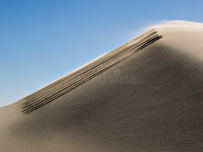 Testes padrões nas dunas de areia dadas forma pelo vento imagem de stock