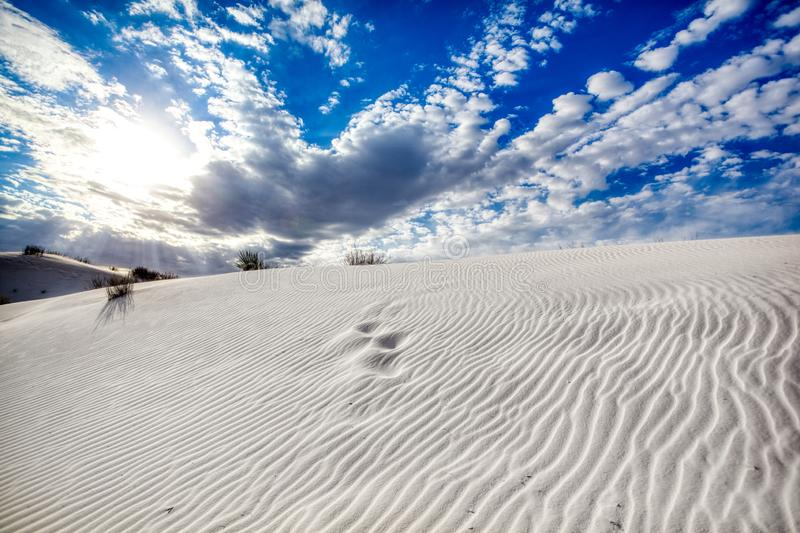 Testes padrões nas nuvens e nas dunas de areia no monumento branco das areias imagens de stock