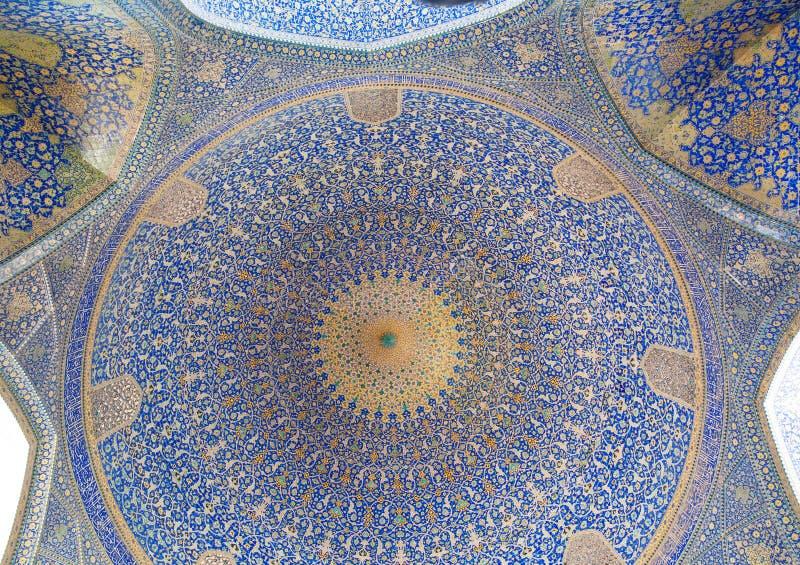 Testes padrões sob a abóbada da mesquita iraniana antiga com o mosaico azul da cor fotos de stock royalty free