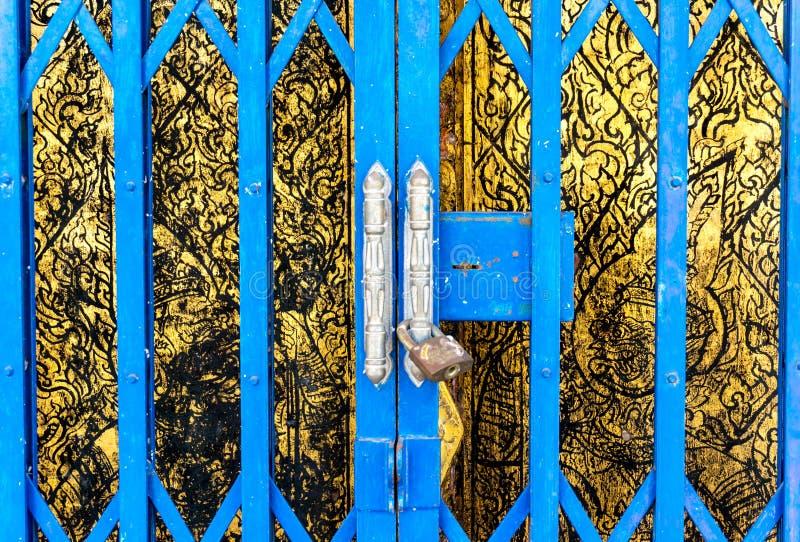 Testes padrões tailandeses da escultura nas paredes de madeira imagem de stock royalty free