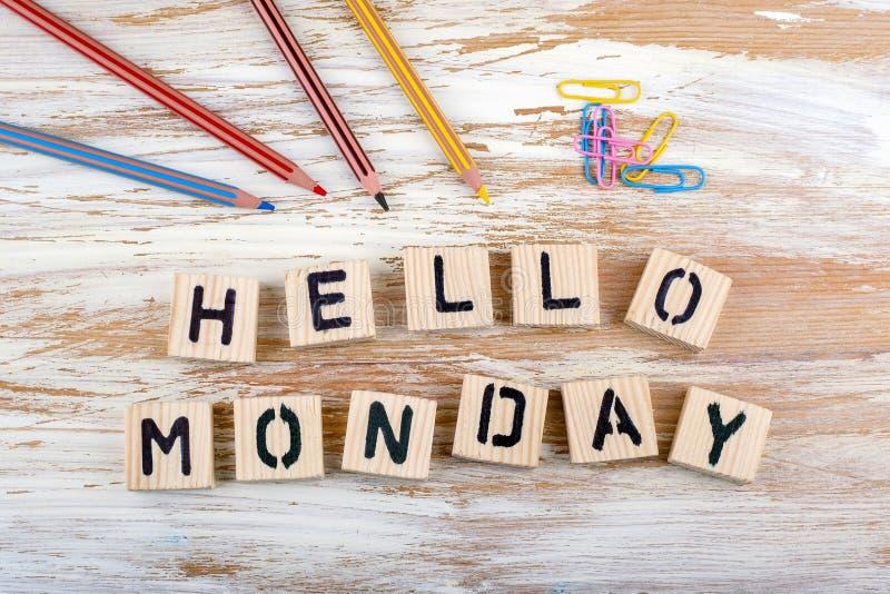 Testo: Ciao lunedì da letterson di legno su fondo di legno fotografia stock
