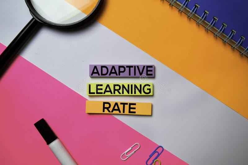 Testo d'apprendimento adattabile di tasso sulle note appiccicose con il concetto della scrivania di colore immagini stock