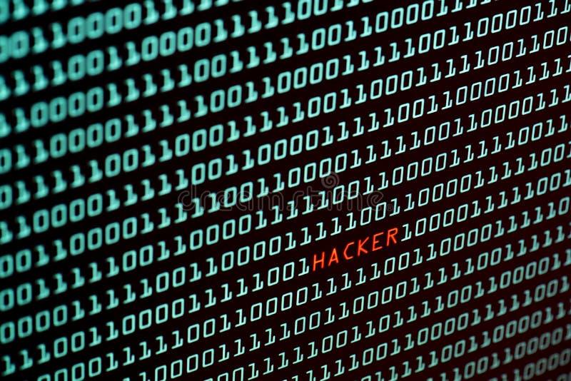 Testo del pirata informatico e concetto dallo schermo da tavolino, fuoco selettivo di codice binario fotografia stock