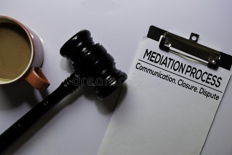 Testo del processo di mediazione su Documento e martelletto isolati su ufficio Concetto di legge immagini stock