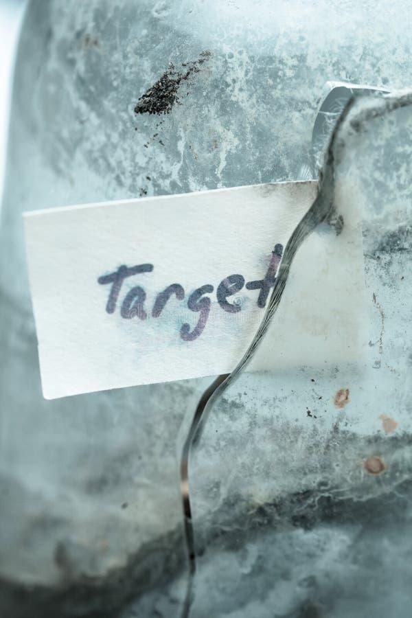 Testo del segno & x27; target& x27; in vetro rotto Idea di concetto di raggiungimento degli scopi nella vita fotografie stock libere da diritti