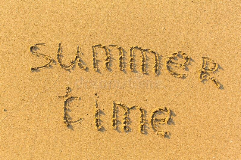 Testo del tempo di estate scritto sulla spiaggia sabbiosa Sea fotografia stock libera da diritti