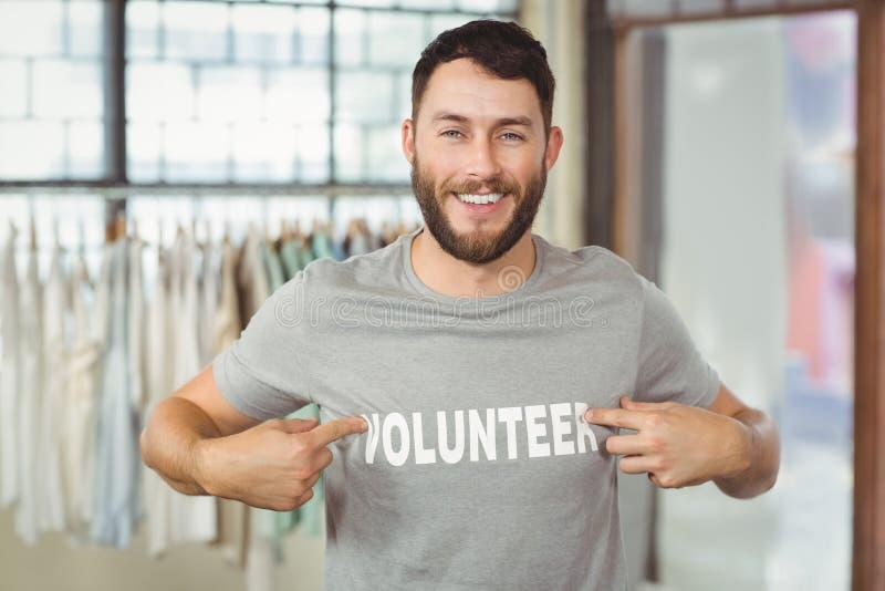Testo del volontario di rappresentazione dell'uomo sulla maglietta immagini stock libere da diritti