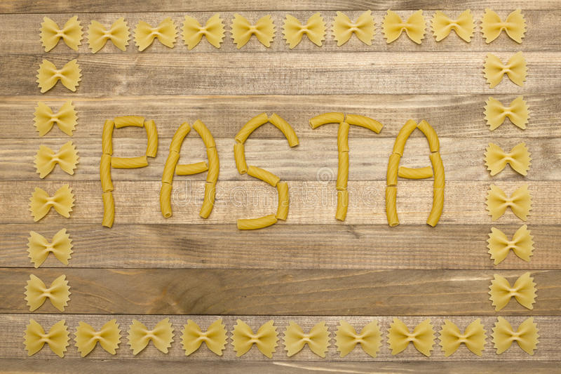 Testo della pasta fatto di pasta cruda fotografie stock