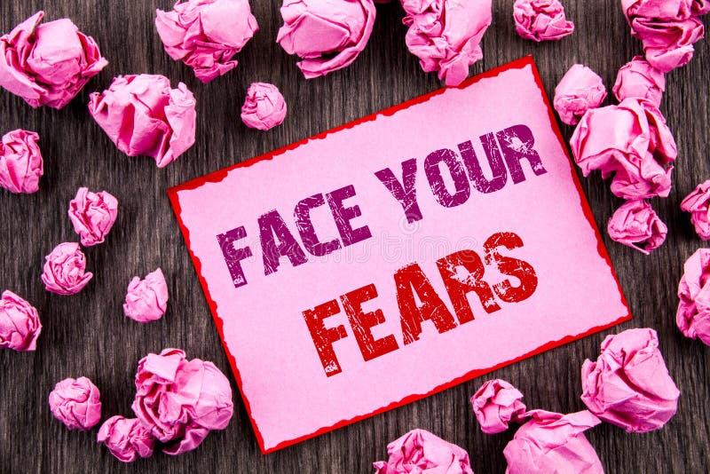 Testo della scrittura che mostra a fronte i vostri timori Foto di affari che montra valore coraggioso di fiducia di Fourage di ti immagine stock