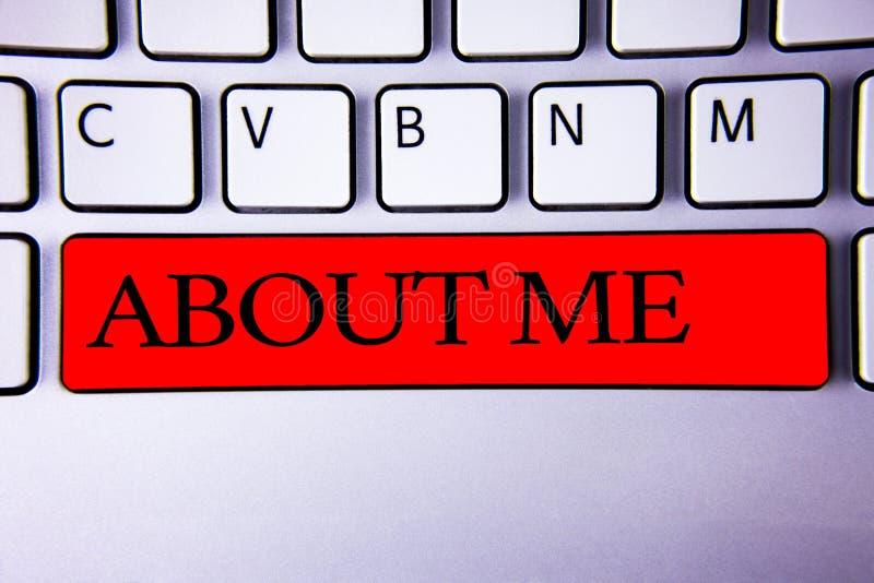 Testo della scrittura che scrive circa me Tastiera di modo di etichetta del carattere di atteggiamento di comportamento di person immagini stock