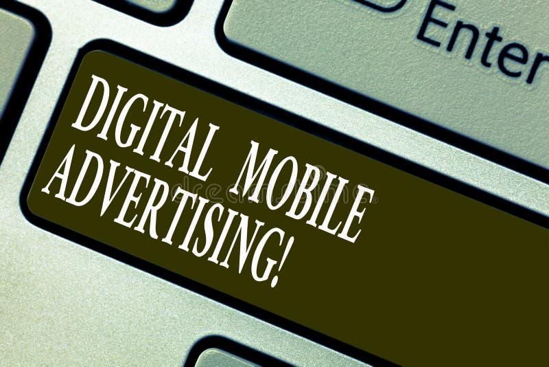 Testo della scrittura che scrive a Digital pubblicità mobile Forma di significato di concetto di pubblicità tramite telefoni e di fotografie stock libere da diritti