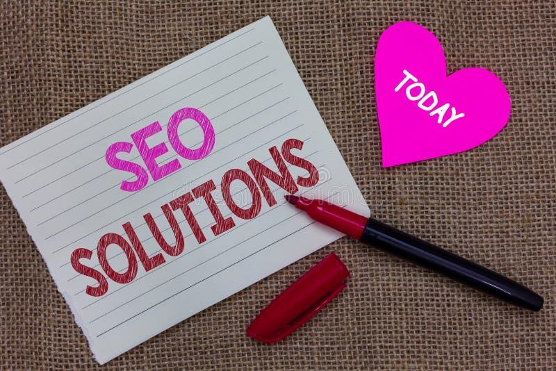 Testo della scrittura che scrive Seo Solutions Gli ospiti di aumento della pagina di risultato del motore di ricerca di significa fotografie stock