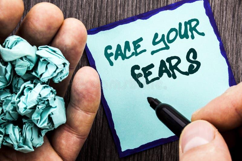 Testo di annuncio che mostra a fronte i vostri timori Concetto di affari per valore coraggioso di fiducia di Fourage di timore di fotografia stock