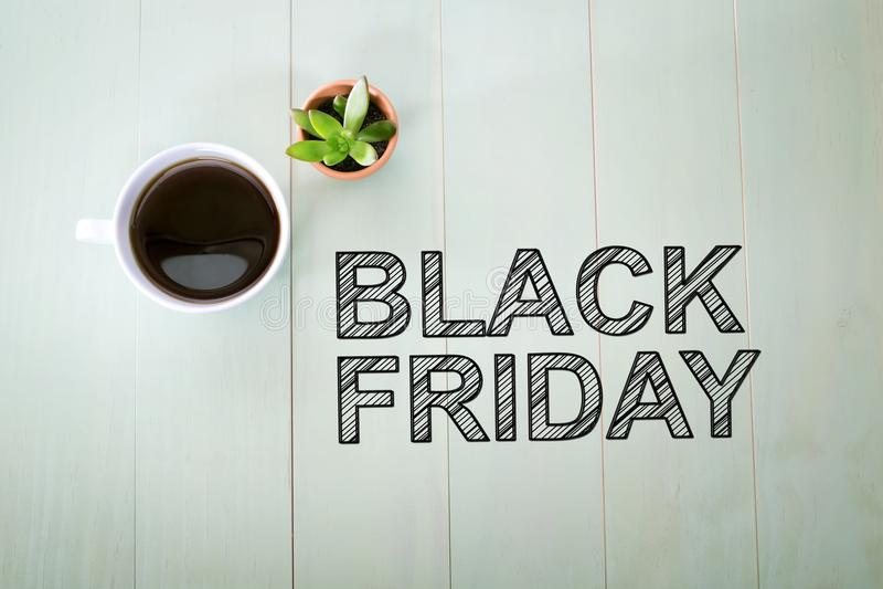 Testo di Black Friday con una tazza di caffè fotografia stock