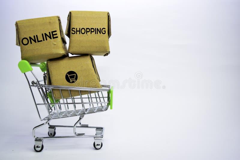 Testo di compera online in piccole scatole e carrello Concetti circa acquisto online Isolato su priorit? bassa bianca immagine stock